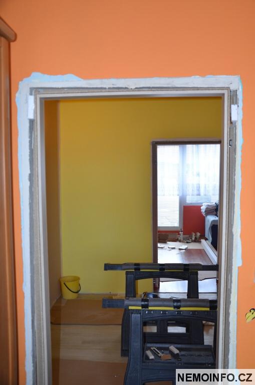 Nové dveře v paneláku 5