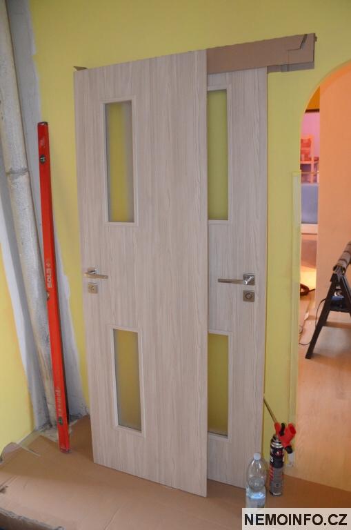 Nové dveře v paneláku 9