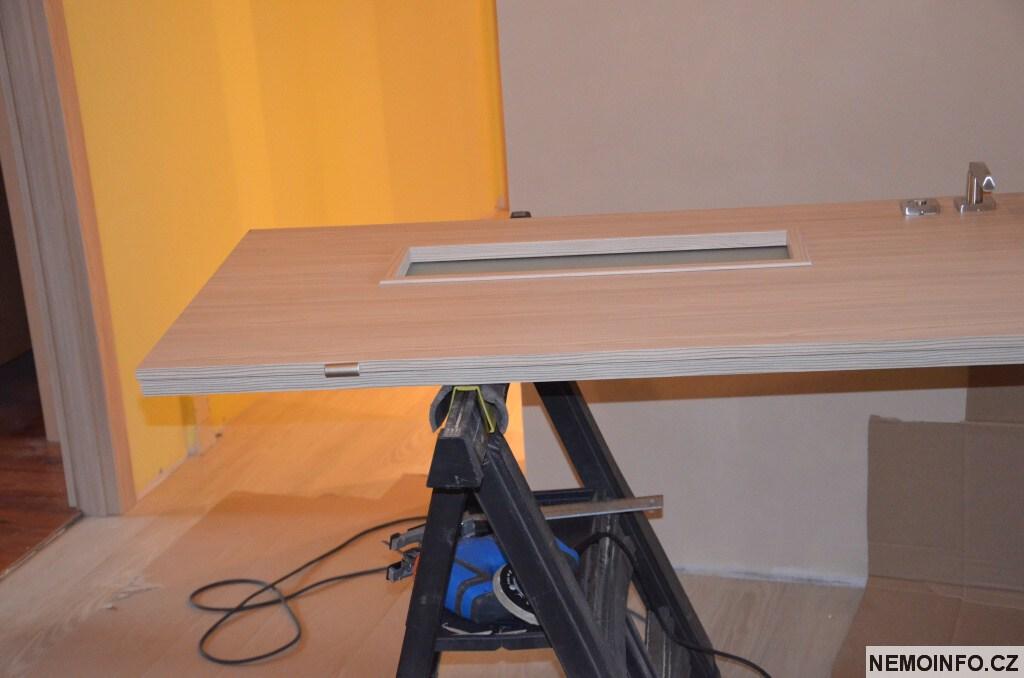 Nové dveře v paneláku 10