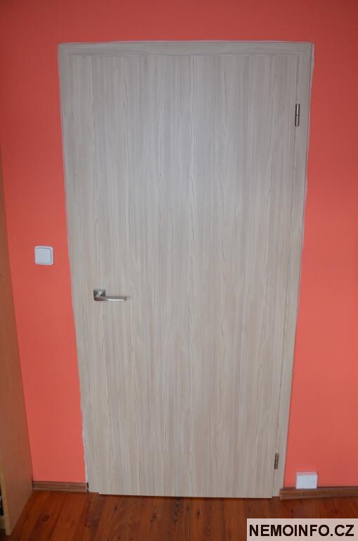 Nové dveře v paneláku 12