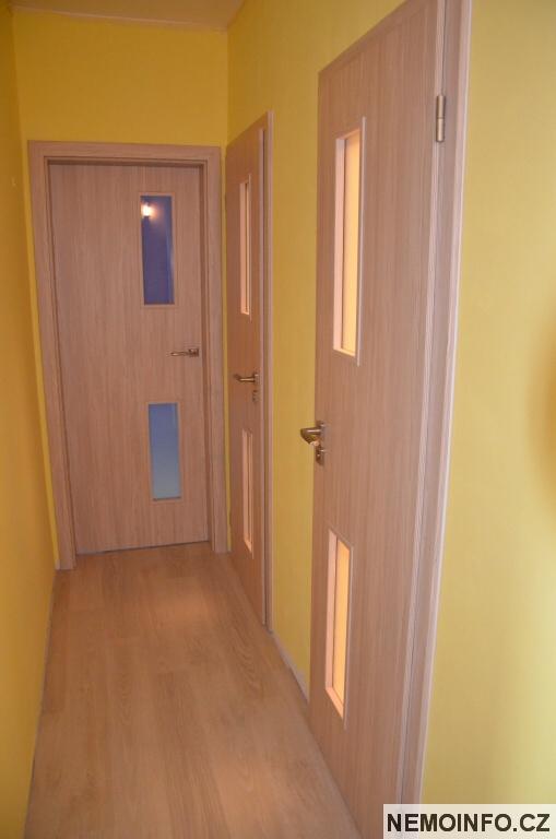 Nové dveře v paneláku 13