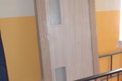 Nové dveře v paneláku 8