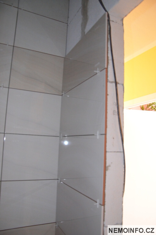 Obkládání koupelny za dveřmi
