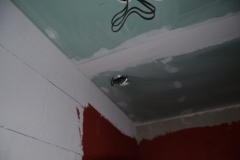 Strop v koupelně - díra pro odvětrávání