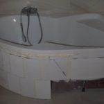 Plastová vana do malé koupelny je konečně na místě