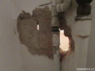 Vybouraná zeď v koupelně