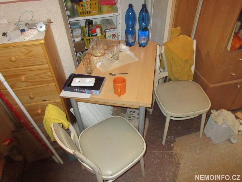 Stůl na chodbě
